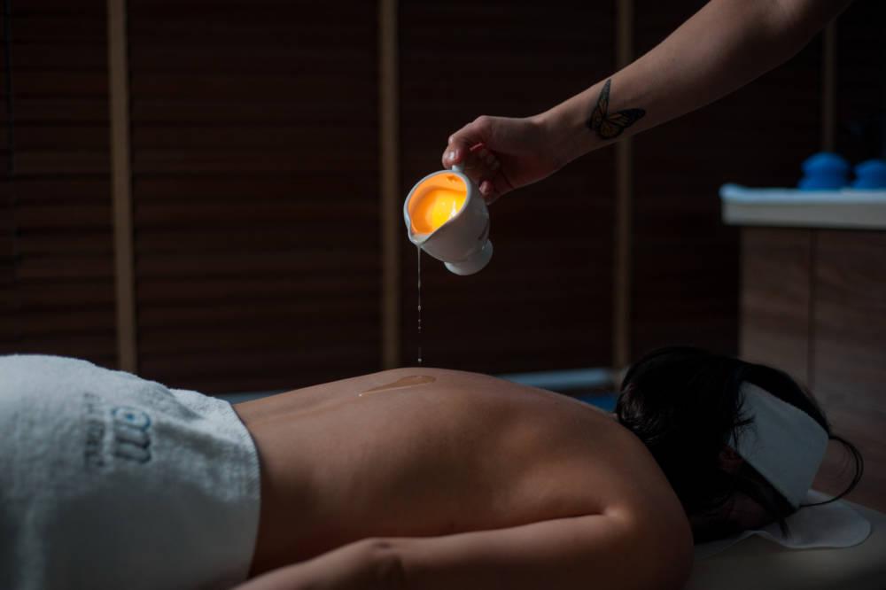 Rytualny masaż świecą