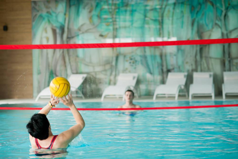Wodne rozgrywki w basenie